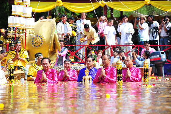 The annual Bathing Buddha Ceremony and Delicious Food Festival of Petchaboon